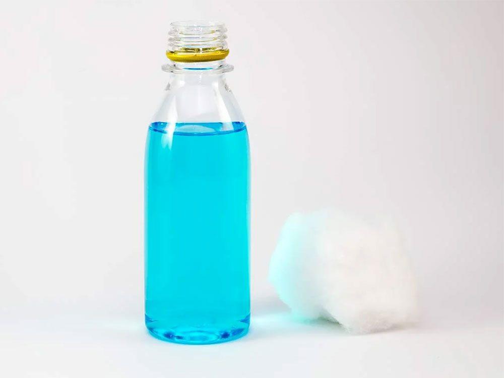 Utiliser l'alcool isopropylique pour enlever les taches d'encre.