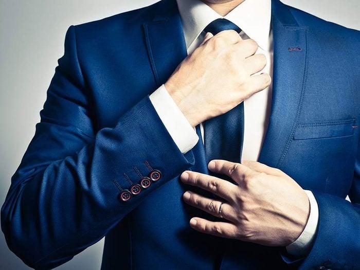 Utiliser l'alcool isopropylique pour prévenir les taches sur un col de chemise.
