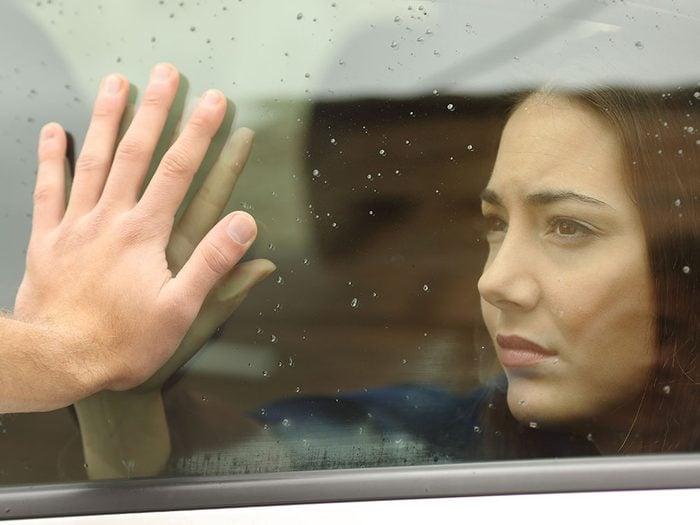 La distanciation des amis et de la famille est un signe de comportement autodestructeur.