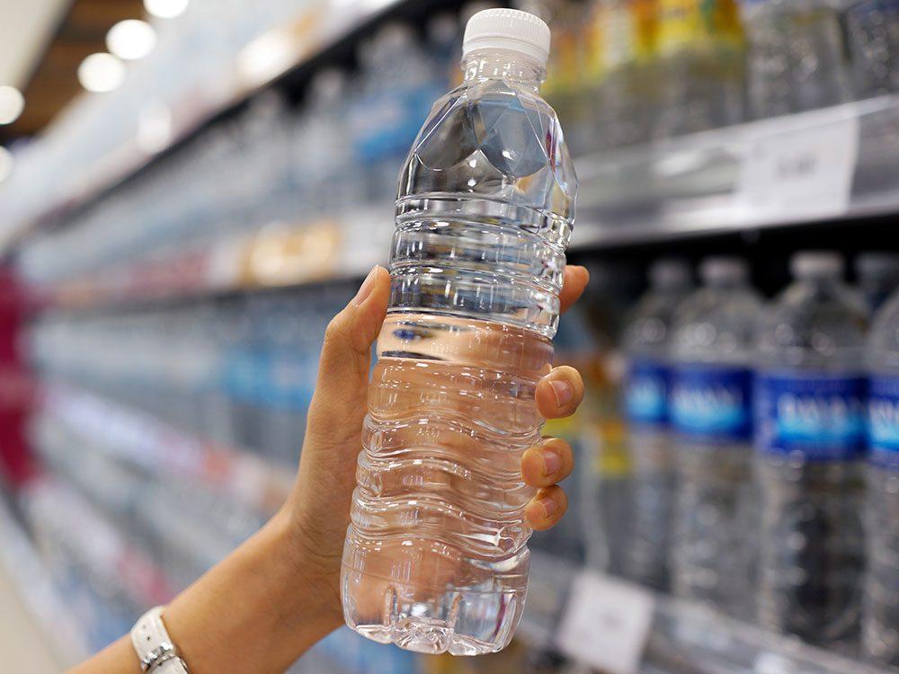Boire de l'eau périmée: peu importe qu'il s'agisse d'eau en bouteille ou d'eau du robinet.