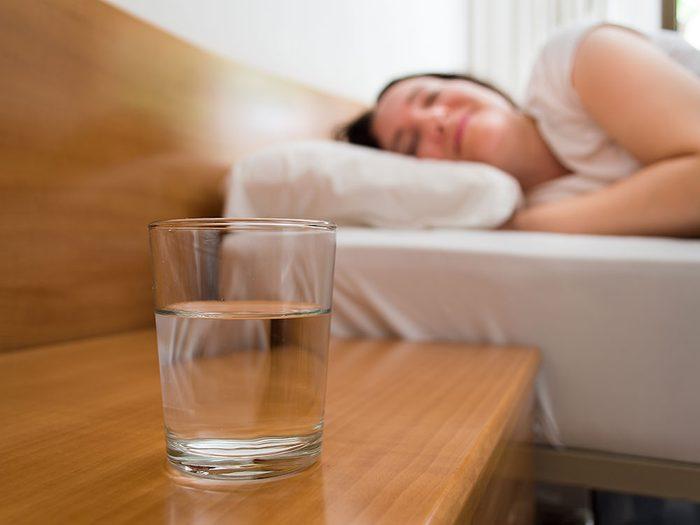 Faut-il boire de l'eau périmée qui est restée dans un verre toute la nuit (ou plus)?