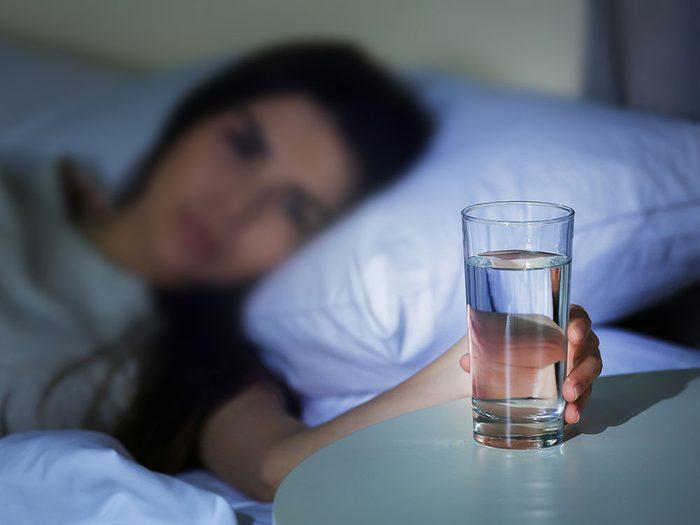 Boire de l'eau périmée, qui a stagné toute la nuit, peut-il rendre malade?