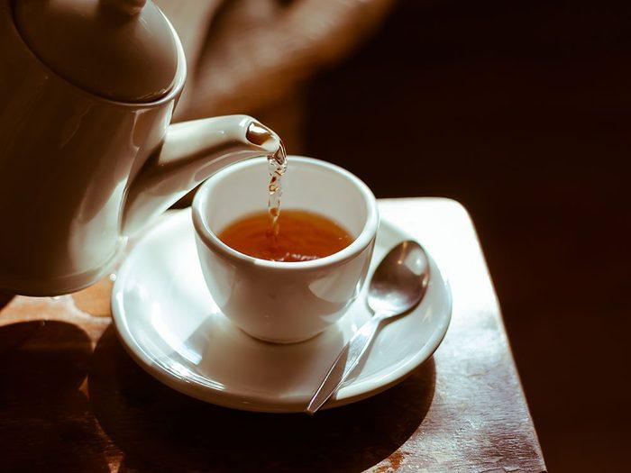 Boire du thé s'inscrit comme un choix santé pour la plupart des adultes.