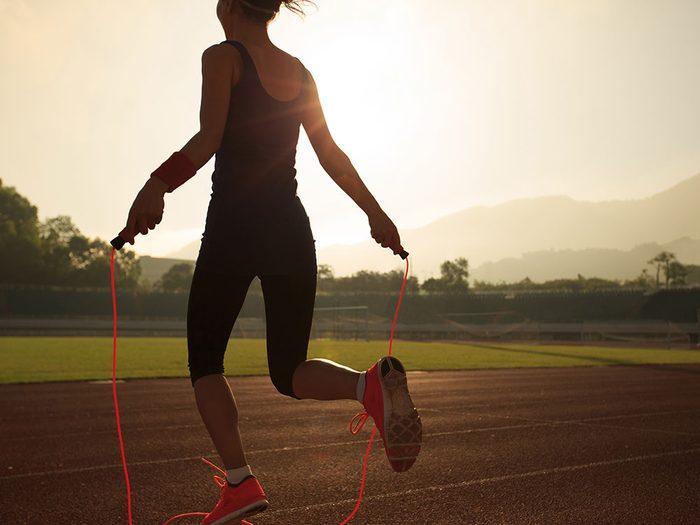 La corde à sauter se définit essentiellement comme un exercice cardiovasculaire exceptionnel.
