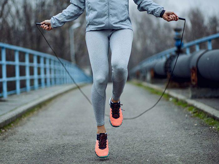 La corde à sauter améliore la mobilité et l'abordabilité.