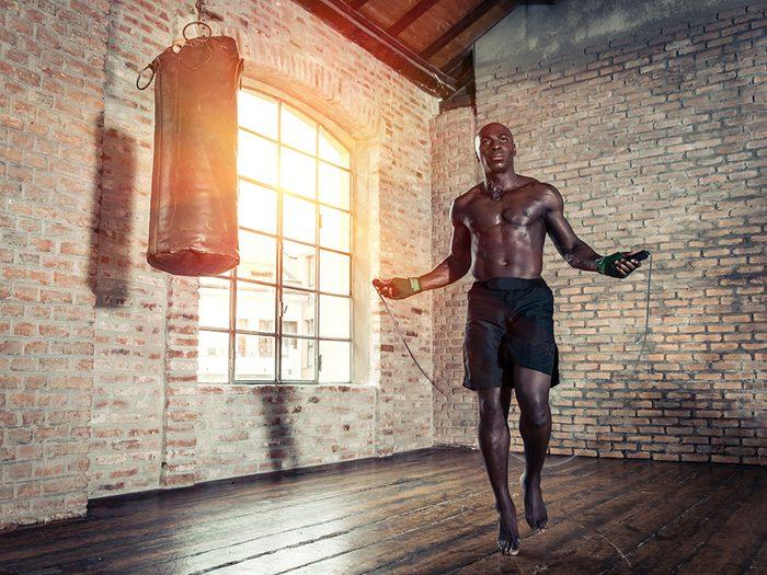La corde à sauter améliore la coordination et l'agilité.