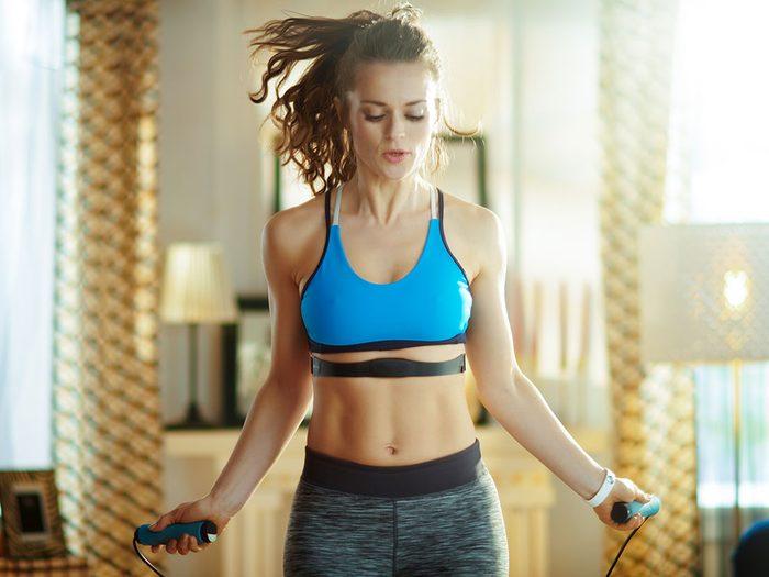 La corde à sauter permet un renforcement du plancher pelvien.
