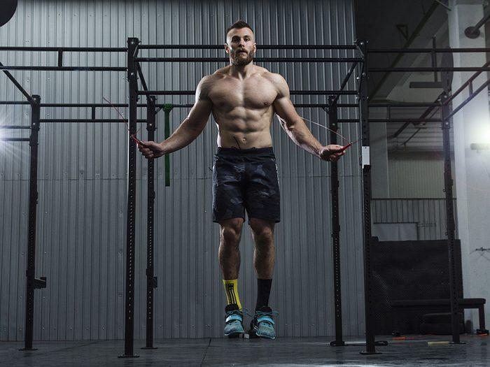 La corde à sauter est un bon entraînement musculaire.