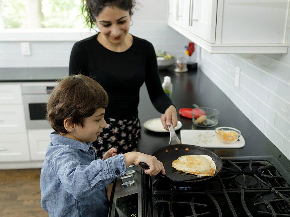 Faire la cuisine avec les enfants: surveillez vos quésadillas attentivement.