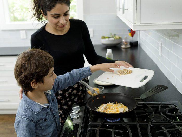 Faire la cuisine avec les enfants: coupez les quésadillas en morceaux.