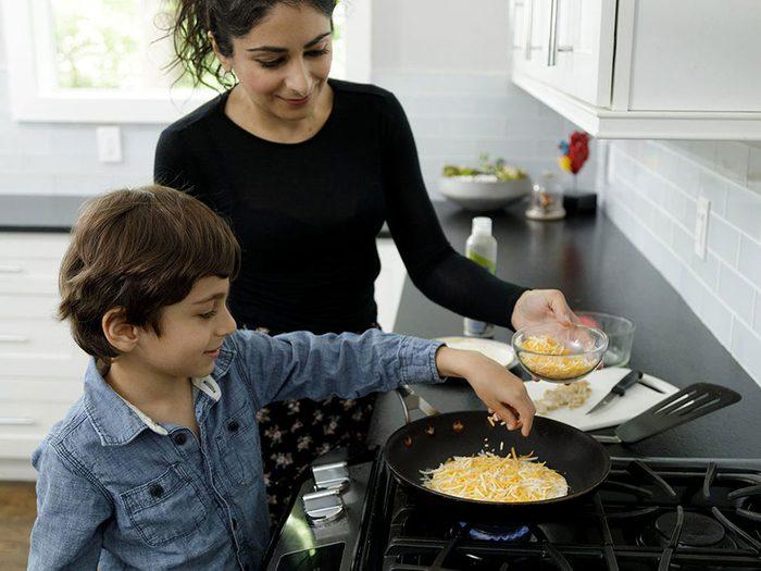Faire la cuisine avec les enfants: assemblez les quésadillas.