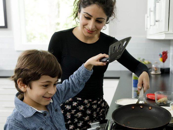 Faire la cuisine avec les enfants.