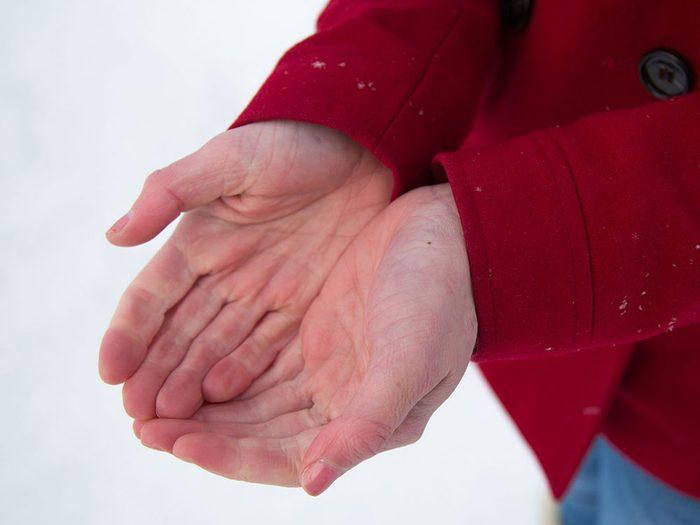 Une peau rouge ou présentant des plaques blanches est un signe d'engelures.