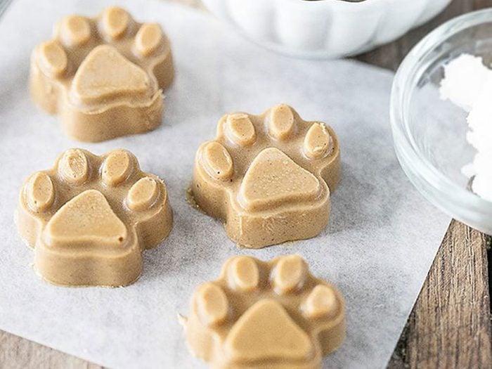 Faire des friandises pour chiens: recette de gâteries pour chiens à l'huile de noix de coco et au beurre d'arachide.