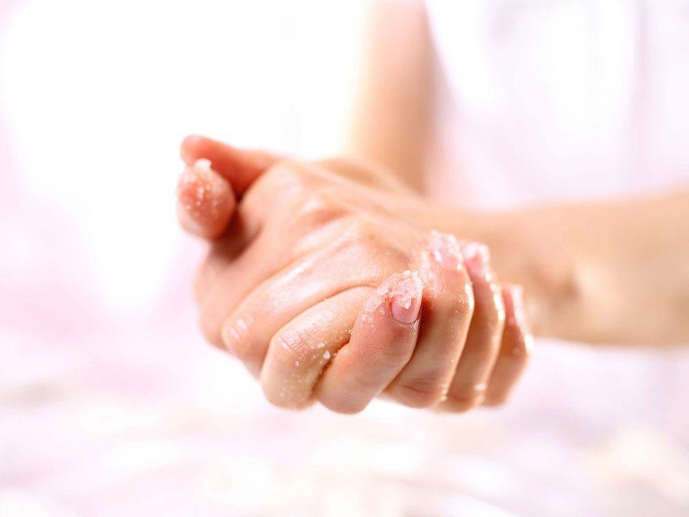 Il faut exfolier et nourrir pour avoir les mains douces en hiver.