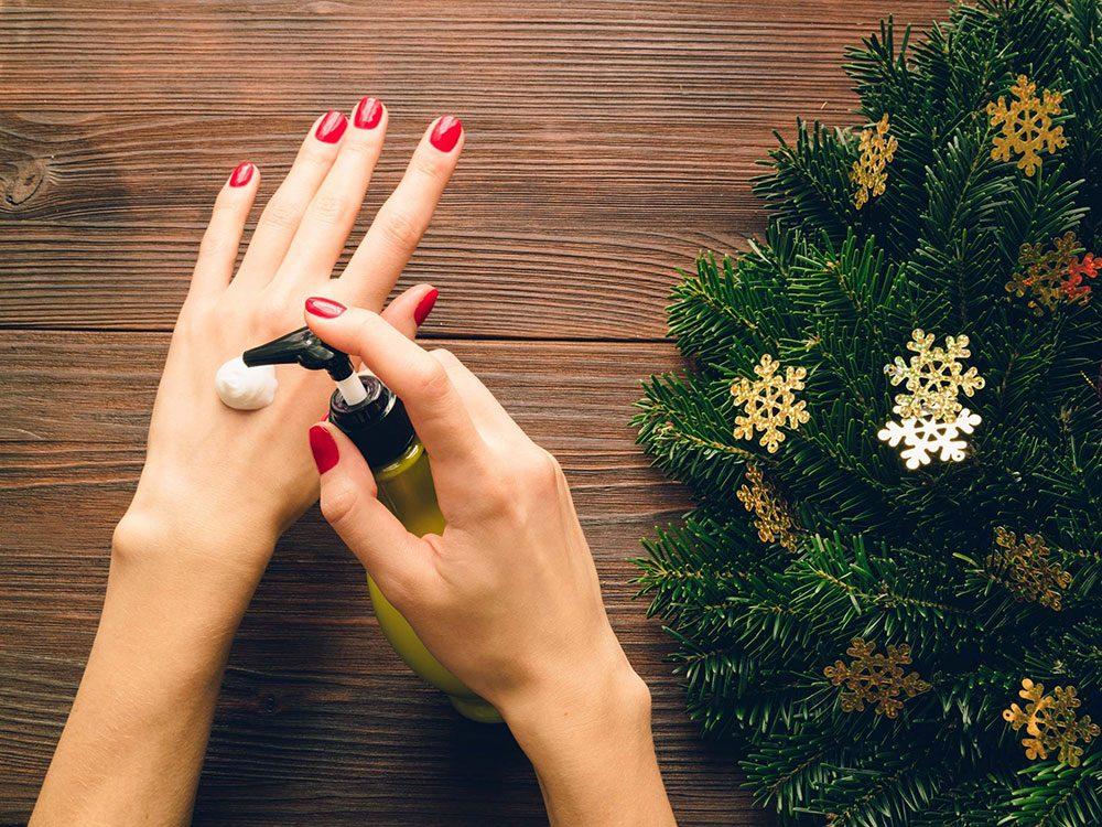 Il faut hydrater sa peau sans retenue pour avoir les mains douces en hiver.