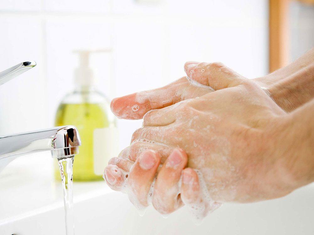 Mieux vaut utiliser un savon hydratant pour avoir les mains douces en hiver.