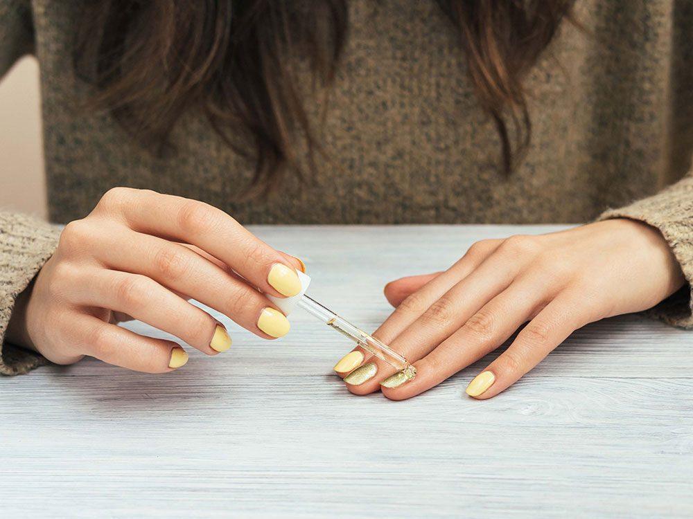 Ne pas oublier les cuticules et les ongles pour avoir les mains douces en hiver.