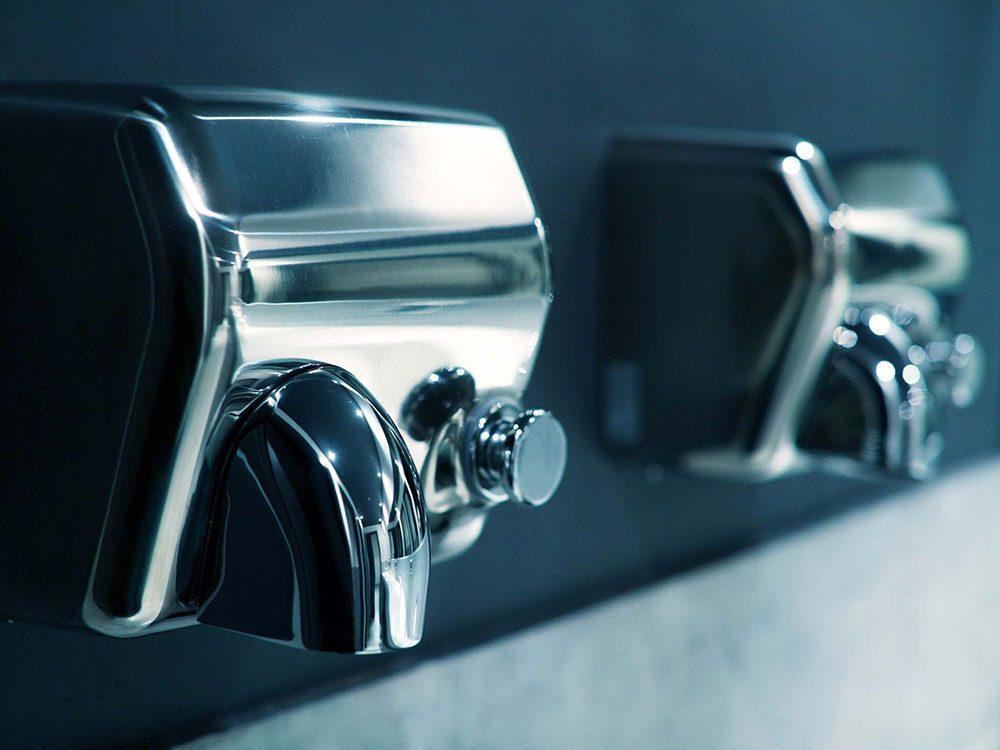 Éviter le sèche-mains pour avoir les mains douces en hiver.