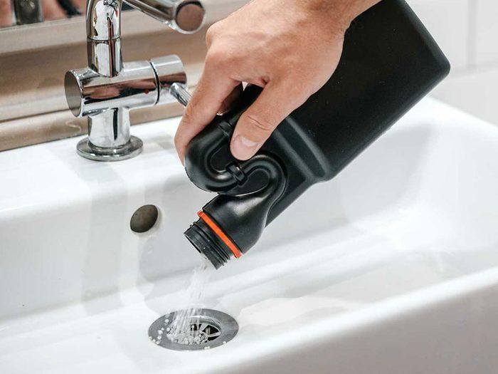Un plombier professionnel n'emploiera pas de produits chimiques corrosifs.