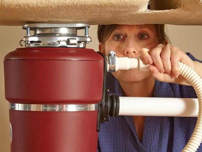 Un plombier professionnel ne confondra pas le broyeur avec la poubelle.