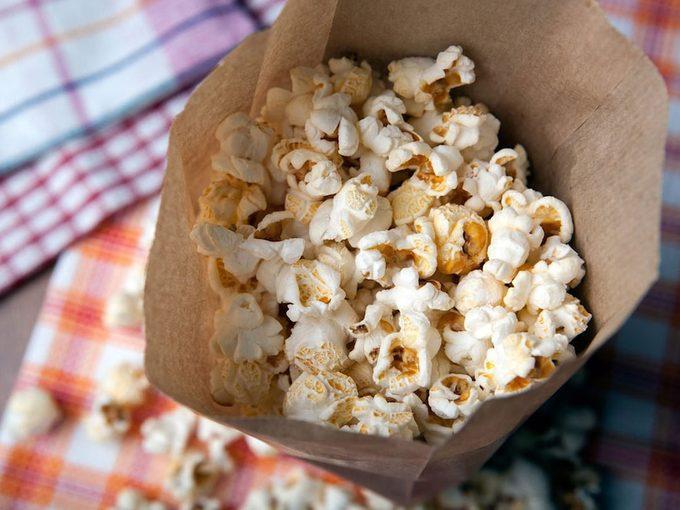 Voilà comment faire du pop-corn dans un sac en papier.