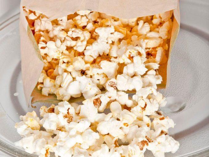 Conseils pour faire du pop-corn dans un sac en papier.