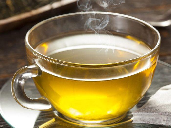 Le thé fait partie des superaliments à consommer pour lutter contre les infections.