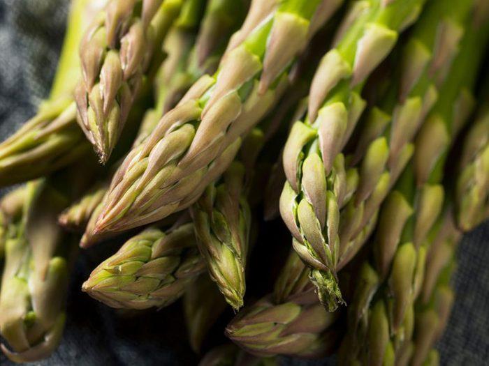 Les asperges font partie des superaliments à consommer pour lutter contre l'hypertension.