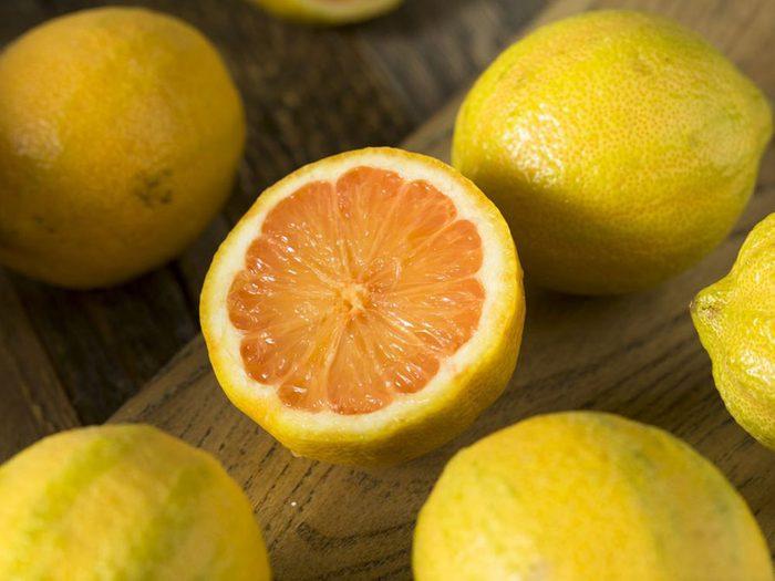Le citron et la lime font partie des superaliments à consommer pour lutter contre les calculs rénaux.