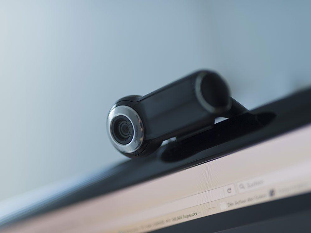 Laissez votre caméra ouverte en visioconférence.