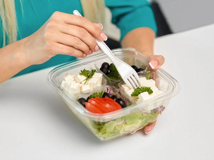 Bienfaits du tofu: il contient des protéines végétales complètes.
