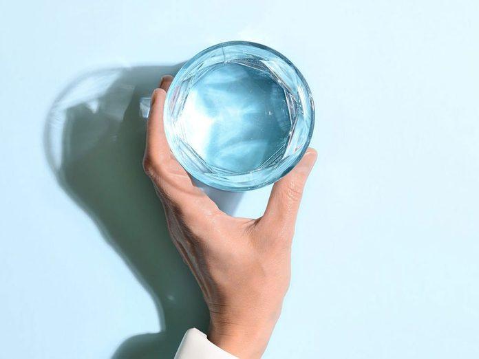 Boire trop d'eau est possible si vous buvez sans avoir soif.