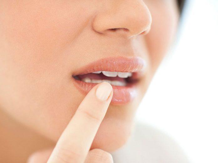 Boire trop d'eau est possible si vos mains, vos lèvres ou vos pieds enflent ou se décolorent.