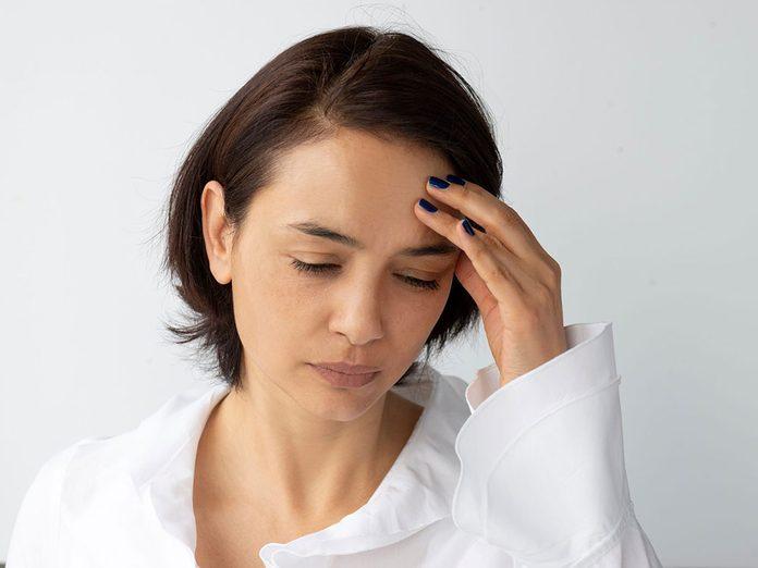 Boire trop d'eau est possible si vous avez des maux de tête lancinants toute la journée.
