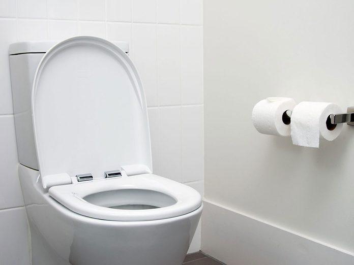 Boire trop d'eau est possible si vous buvez pour avoir une urine incolore.