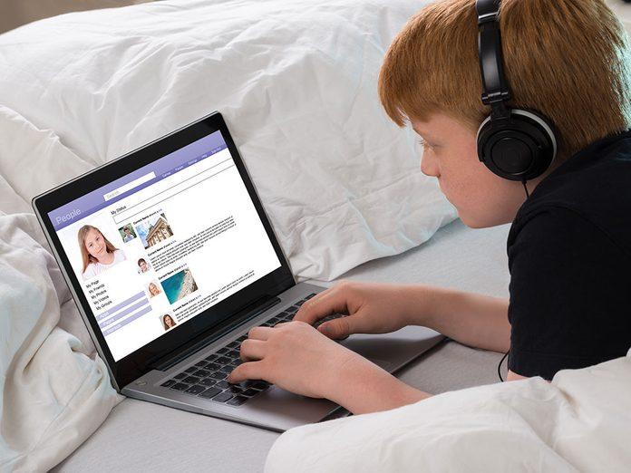 Apprendre les bonnes manières passe par connaître l'étiquette des réseaux sociaux.