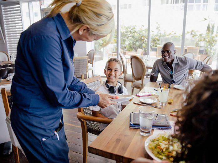 Apprendre les bonnes manières passe par savoir comment remercier les travailleurs des services essentiels.