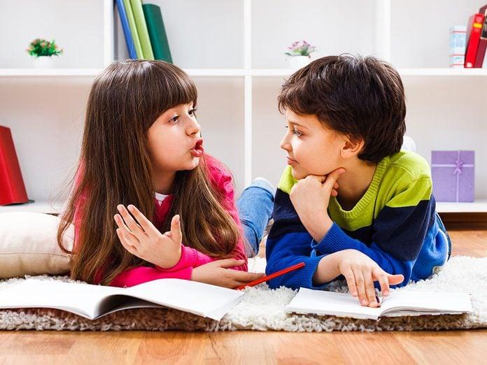 Apprendre les bonnes manières passe par savoir modérer le volume de sa voix.