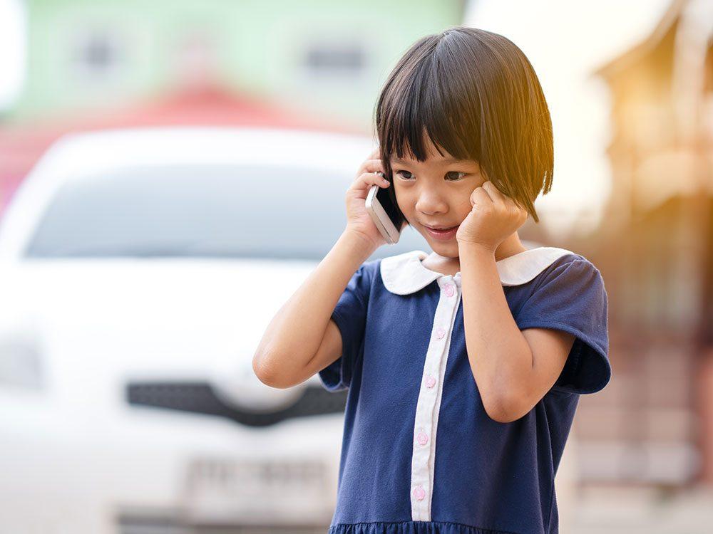 Apprendre les bonnes manières passe par savoir comment parler au téléphone.