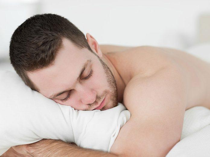 Dormir sur le ventre pour éviter les douleurs lombaires.