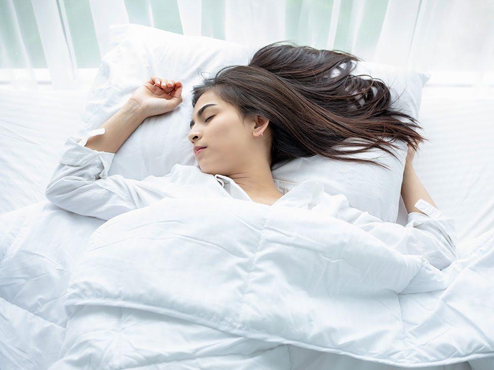 Dormir sur le dos pour éviter les douleurs lombaires.