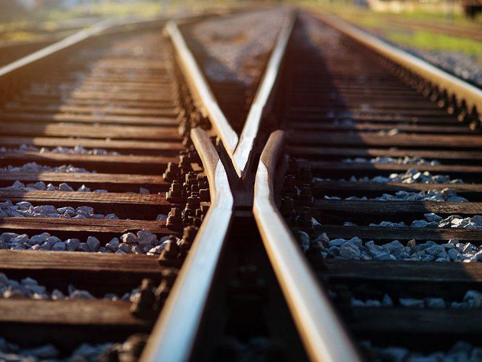 Drame: une enfant sur les rails de train est sauvée.