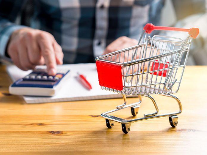 Visez les allées périphériques à l'épicerie pour économiser.