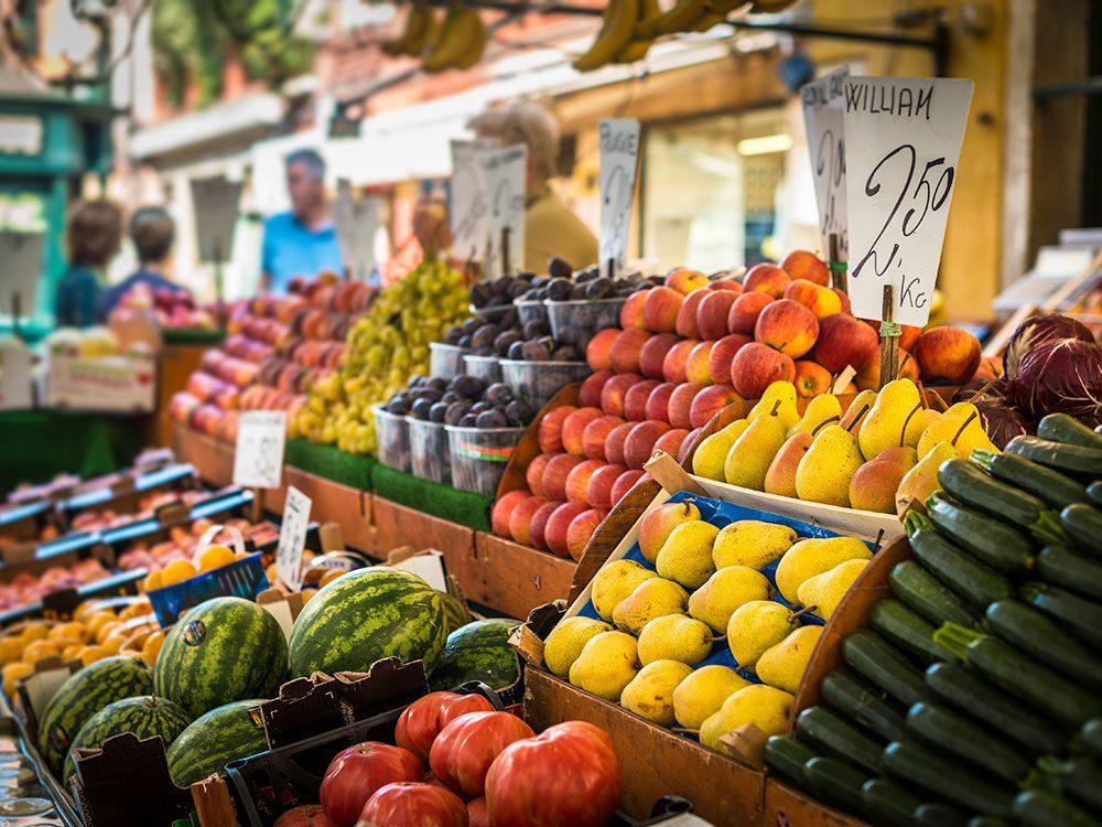 Visitez les marchés fermiers à la fermeture pour économiser.