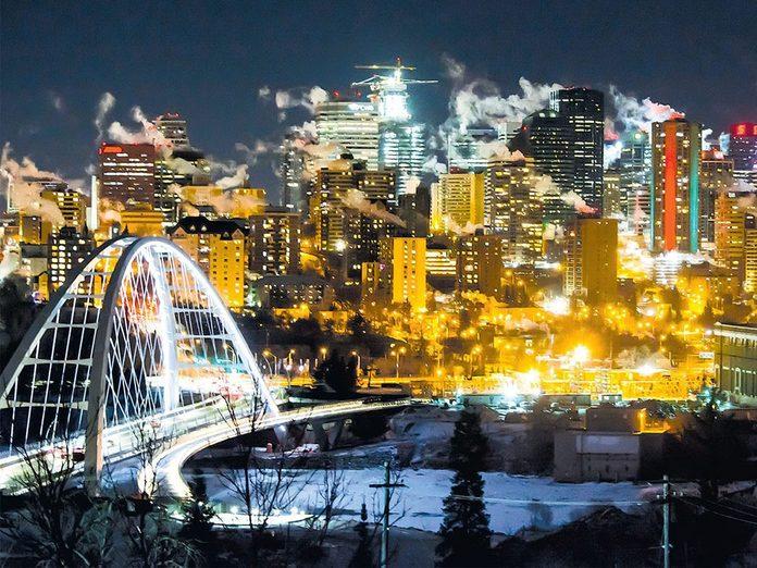 La beauté de l'hiver canadien à travers cette image d'une nuit froide à Edmonton.
