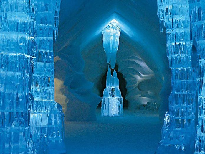 La beauté de l'hiver canadien à travers cette image de l'Hôtel de Glace de Québec.