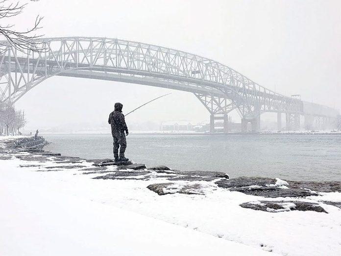 La beauté de l'hiver canadien à travers cette image du pont Blue Water.
