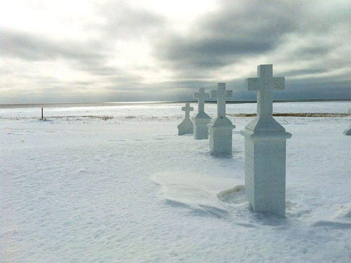 La beauté de l'hiver canadien à travers cette image prise au cimetière Notre-Dame de Mont-Carmel.