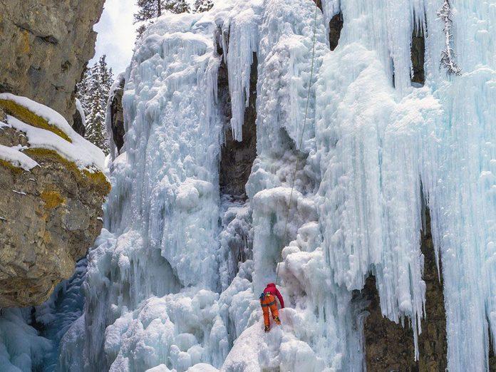 La beauté de l'hiver canadien à travers cette image prise sur le sentier du canyon Johnston dans le parc national de Banff.